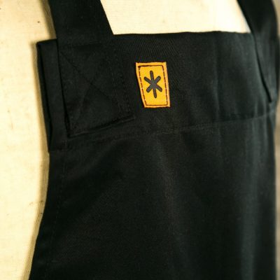 BLACK TWILL GRACE PINAFORE APRON LOGO DETAIL