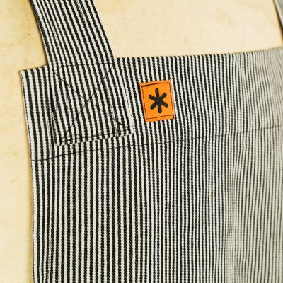 BLACK STRIPE LOGO DETAIL